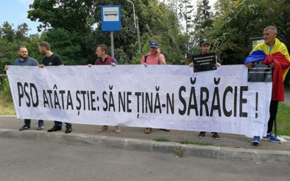 """""""Grupurile civice"""" ale liberalilor au intampinat-o pe Dancila la Iasi cu mesajul """"PSD atâta ştie: să ne ţină în sărăcie"""""""