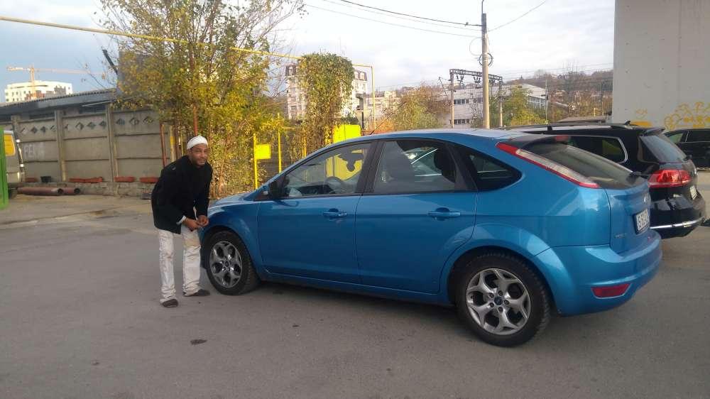 FOTO. Jungla de sub pasajul Octav Băncilă. Mașini vandalizate, haite de câini fără stăpâni și aurolaci periculosi