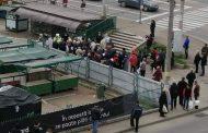 Imaginea inconstientei! Peste 50 de batrani au ignorat starea de urgenta si au incercat sa intre cu forta in Piata Alexandru