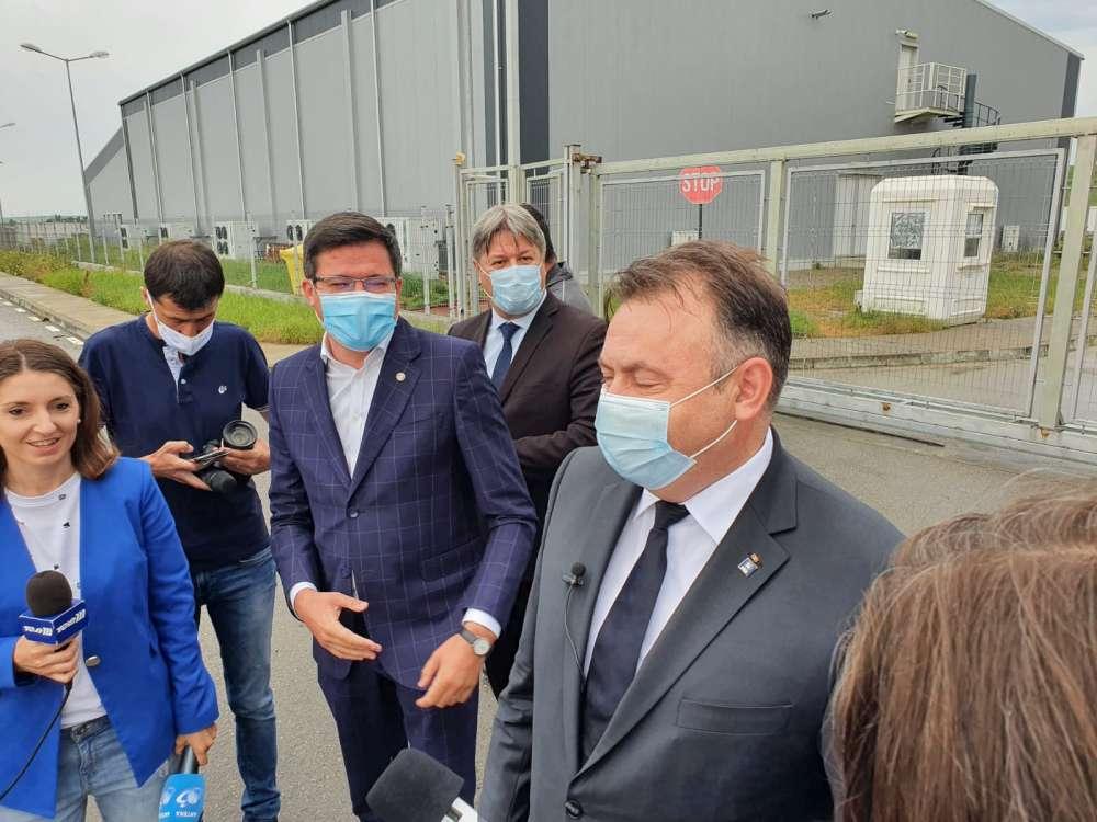 """Viteii la poarta noua"", in varianta ministeriala. Alexe si Tataru au gangurit in fata portilor ferecate ale celui mai stupid spital COVID"