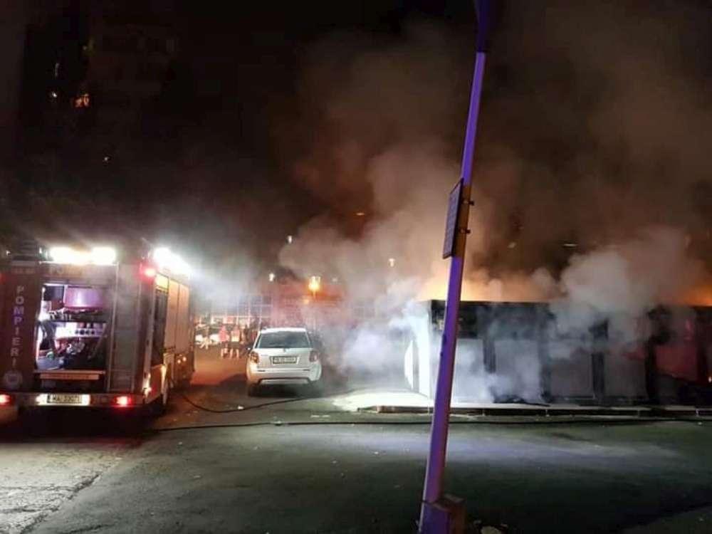FOTO. Puternic incendiu in cartierul Alexandru cel Bun. Containere incendiate de oamenii strazii