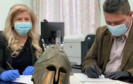 Coiful corintic descoperit în apa Siretului, expus la Muzeului de Istorie a Moldovei