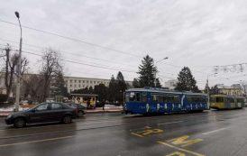 Circulatia tramvaielor, blocata pe Copou! Un inconstient si-a parcat masina pe sinele de tramvai si a disparut 15 minute