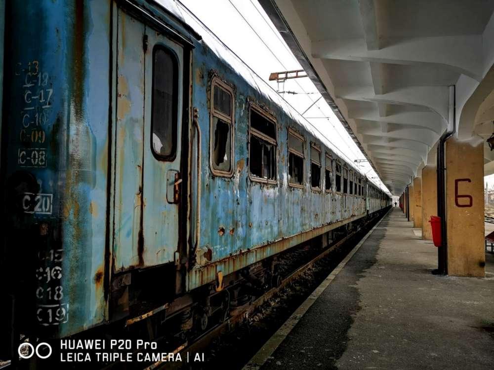 Convoi de 11 vagoane distruse, duse  la Pascani pentru a fi reconstruite de la zero