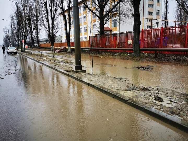 FOTO. O scoala din Iasi, izolata de ape in urma unei ploi de primavara. Parintii ii cer demisia primarului Chirica