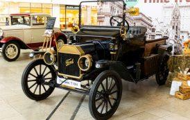 Călătorie în timp pe patru roți. Mașinile americane și britanice care au scris istorie, expuse la Palas