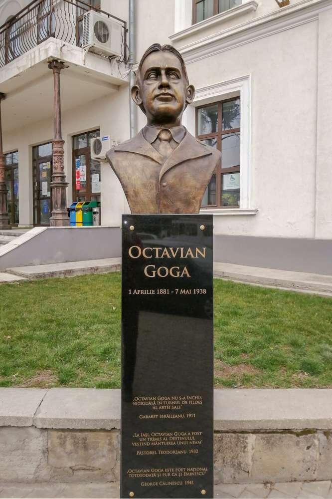 Bustul lui Octavian Goga ridicat la Iași