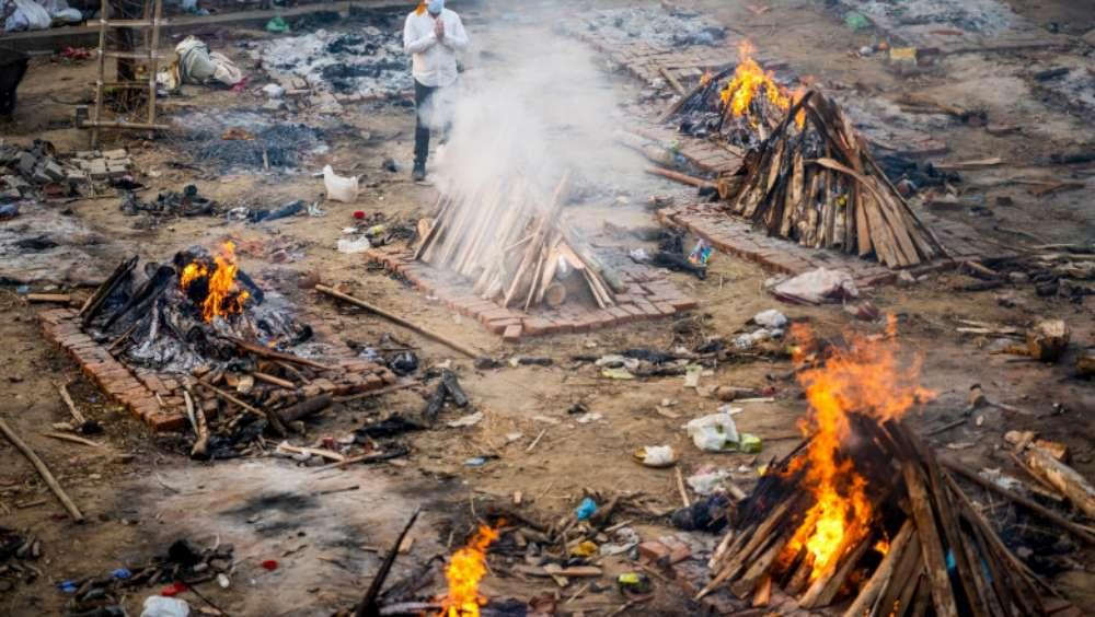 India, aproape de colaps. Crematoriile au rămas fără spațiu iar cadavrele sunt incinerate în parcuri și pe străzi