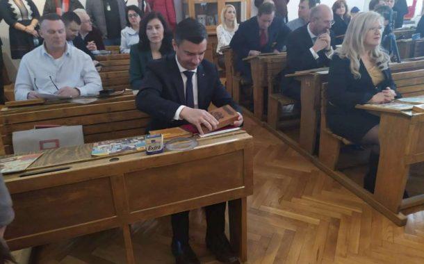 """FOTO. Primarul Mihai Chirica, corigent la limba romana. Edilul pleaca in Polonia, acolo unde """"v-a ajunge si v-a dura"""""""