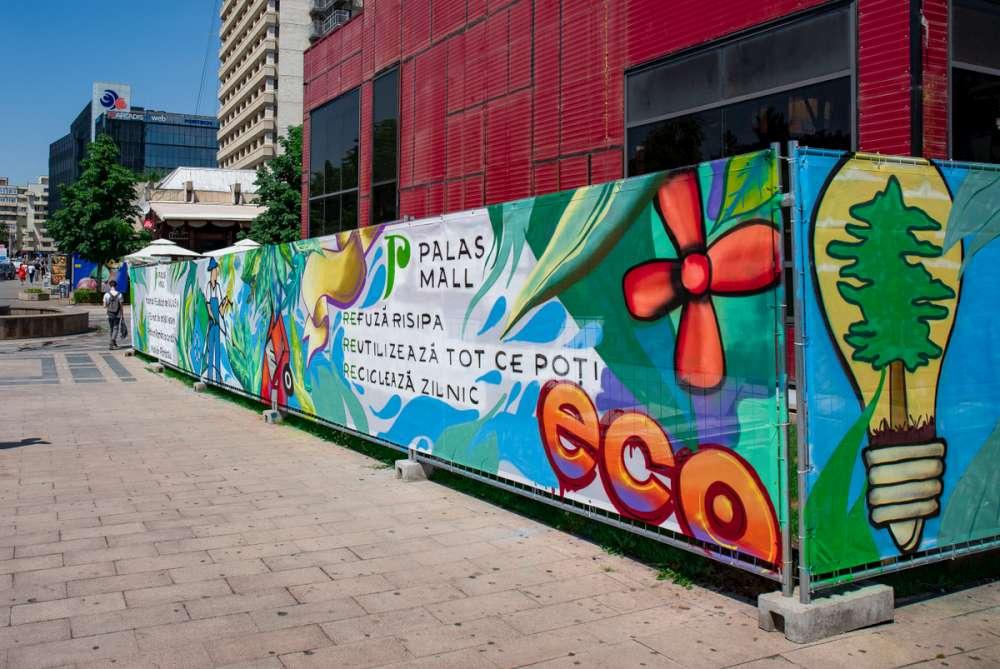 """La îndemnul IULIUS, grafferii ieșeni au """"înconjurat"""" un șantier de demolare cu artă urbană sustenabilă"""