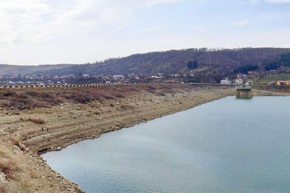 """Peste 1,6 milioane de euro s-au dus pe apa sambetei. Apele Romane au investit furibund in construirea a doua baraje de pamant si a unui """"dig de contur"""""""