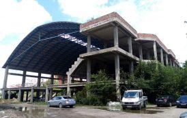 Terenul de sub constructia abandonata a bazinului olimpic din Gradinari a revenit la Primarie
