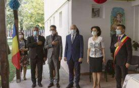 Parinti alungati din curtile scolilor si politruci toxici primiti pe covorul rosu in prima zi de scoala