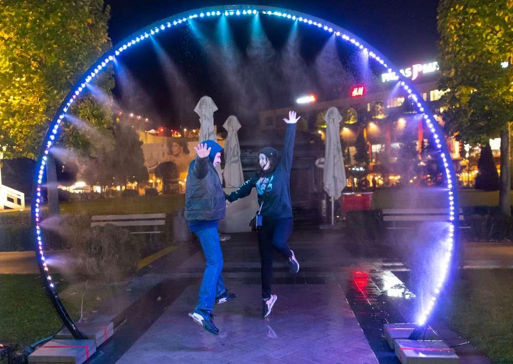 """""""One Night Gallery Love RIZI"""" luminează parcul Palas cu instalații inedite"""