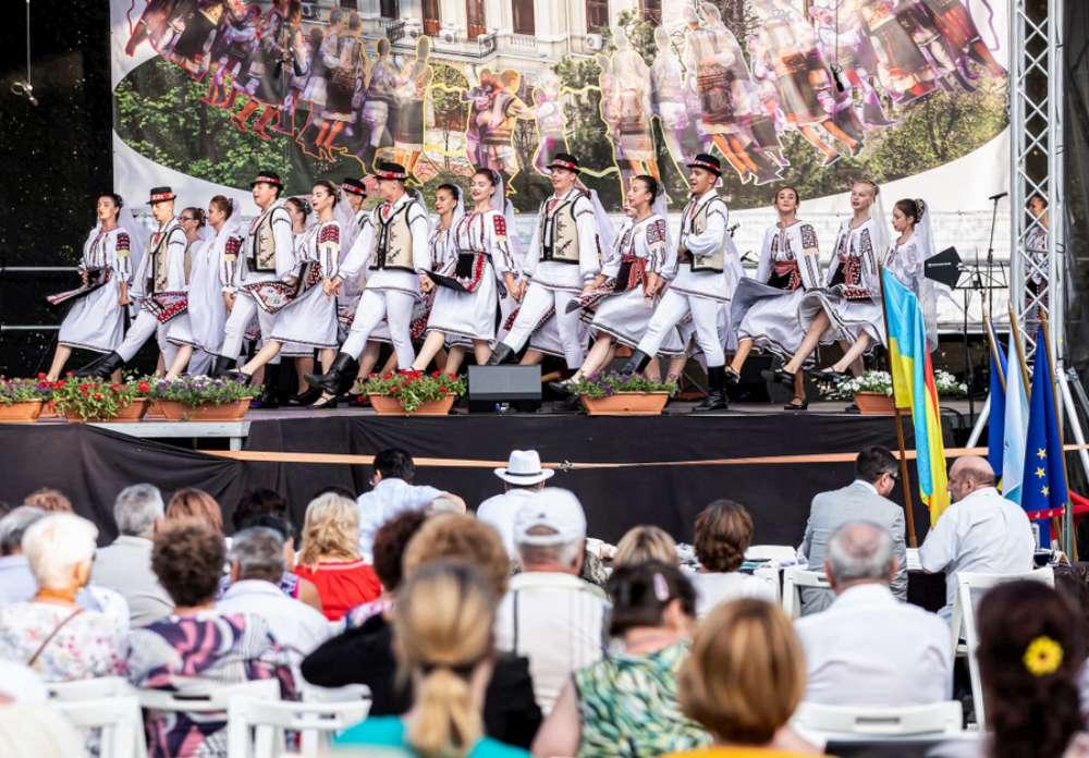 Weekend dedicat folclorului, la Palas: Festivalul Trandafir de la Moldova, meșteri populari și preparate tradiționale